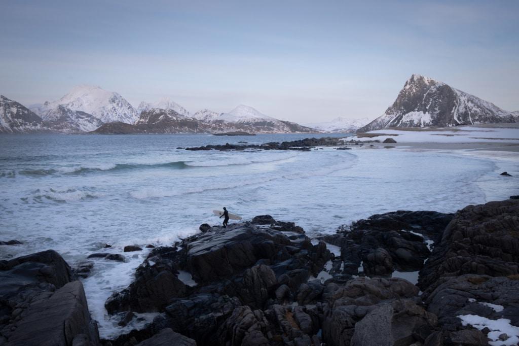 Die Lofoten sind ein toller Ort fürs Surfen in Norwegen.