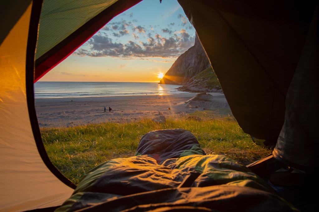 Zelten gehört bei einem richtigen Surftrip dazu.