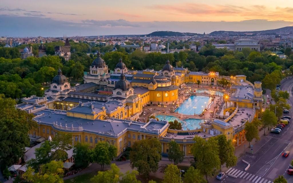 Szechenyi-Thermalbad in Budapest aus der Vogelperspektive