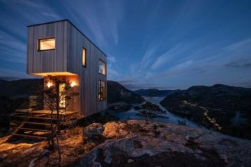 Spektakuläre Unterkunft in Norwegen: The Bolder Skylodge bei nacht mit Blick über das Fjord