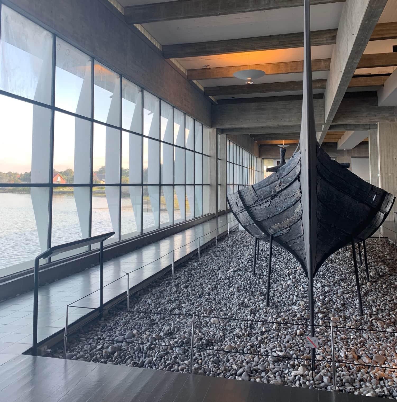 Wikingerschiffe im Wikingerschiffsmuseum Roskilde im dänischen Fjordland