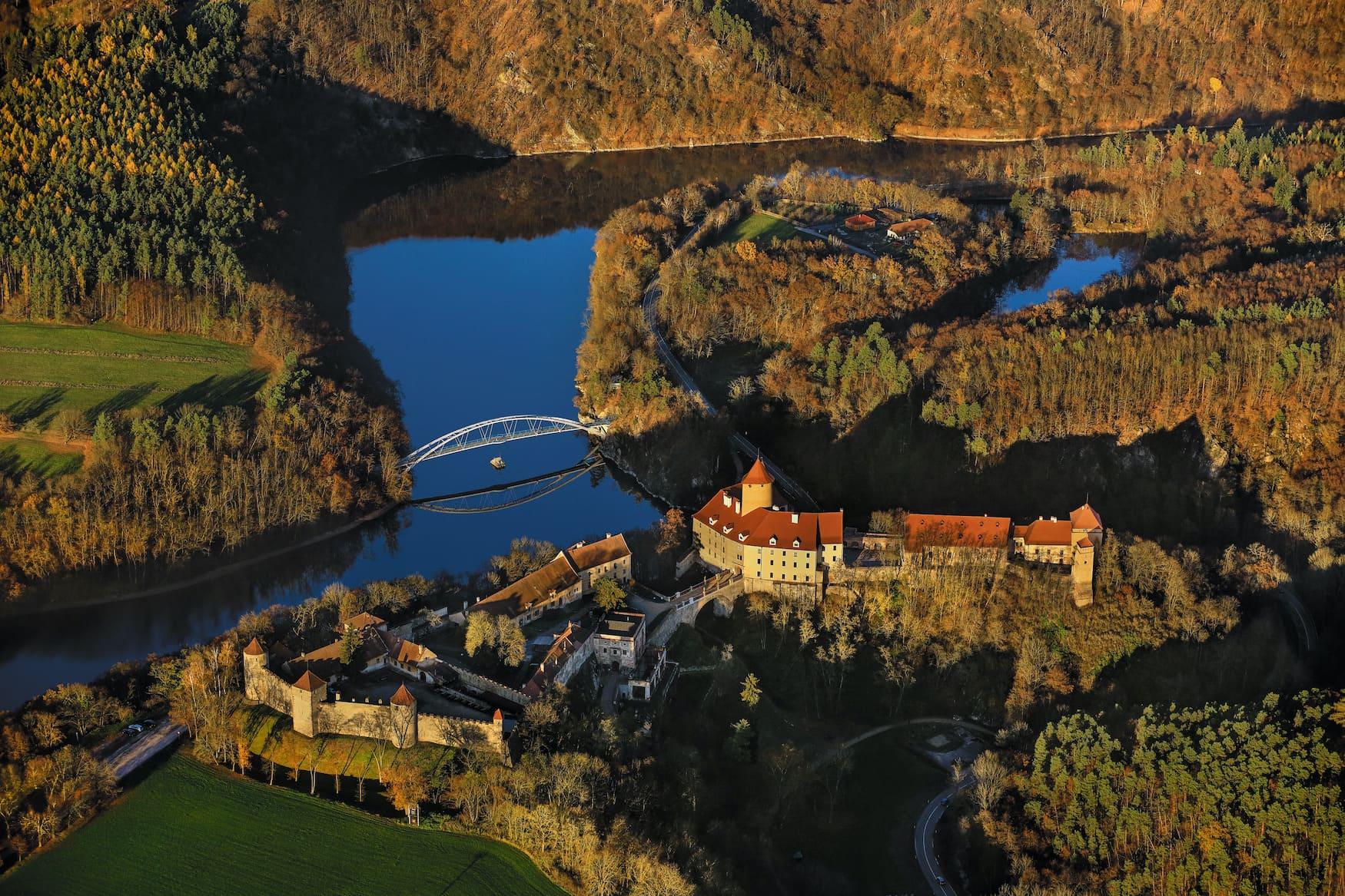 Blick auf die Burg Veveri in Tschechien, die man am besten auf einem Boot erreicht