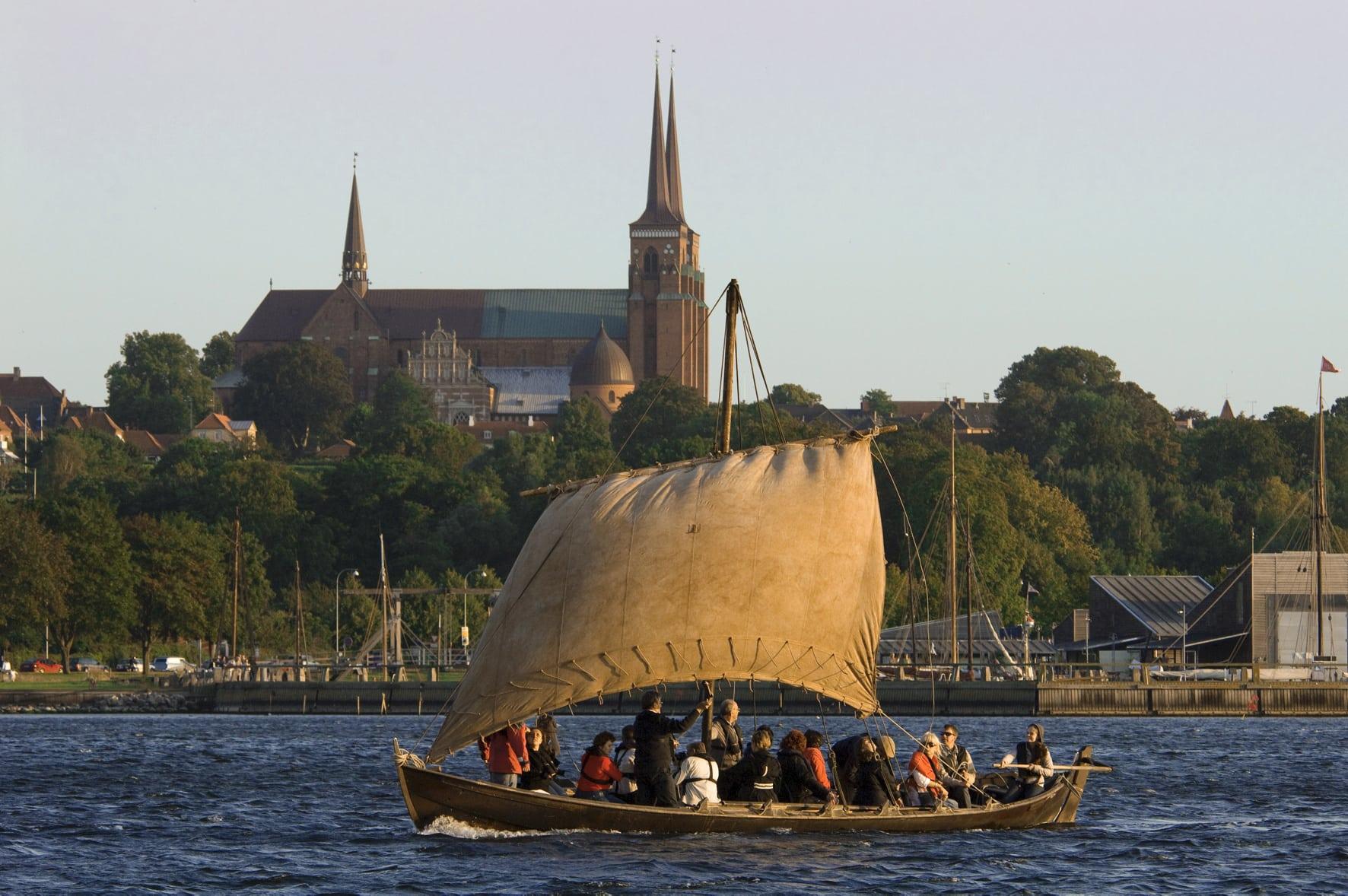 Altes Wikingerschiff auf fahrt vor dem Wikingerschiffsmuseum Roskilde