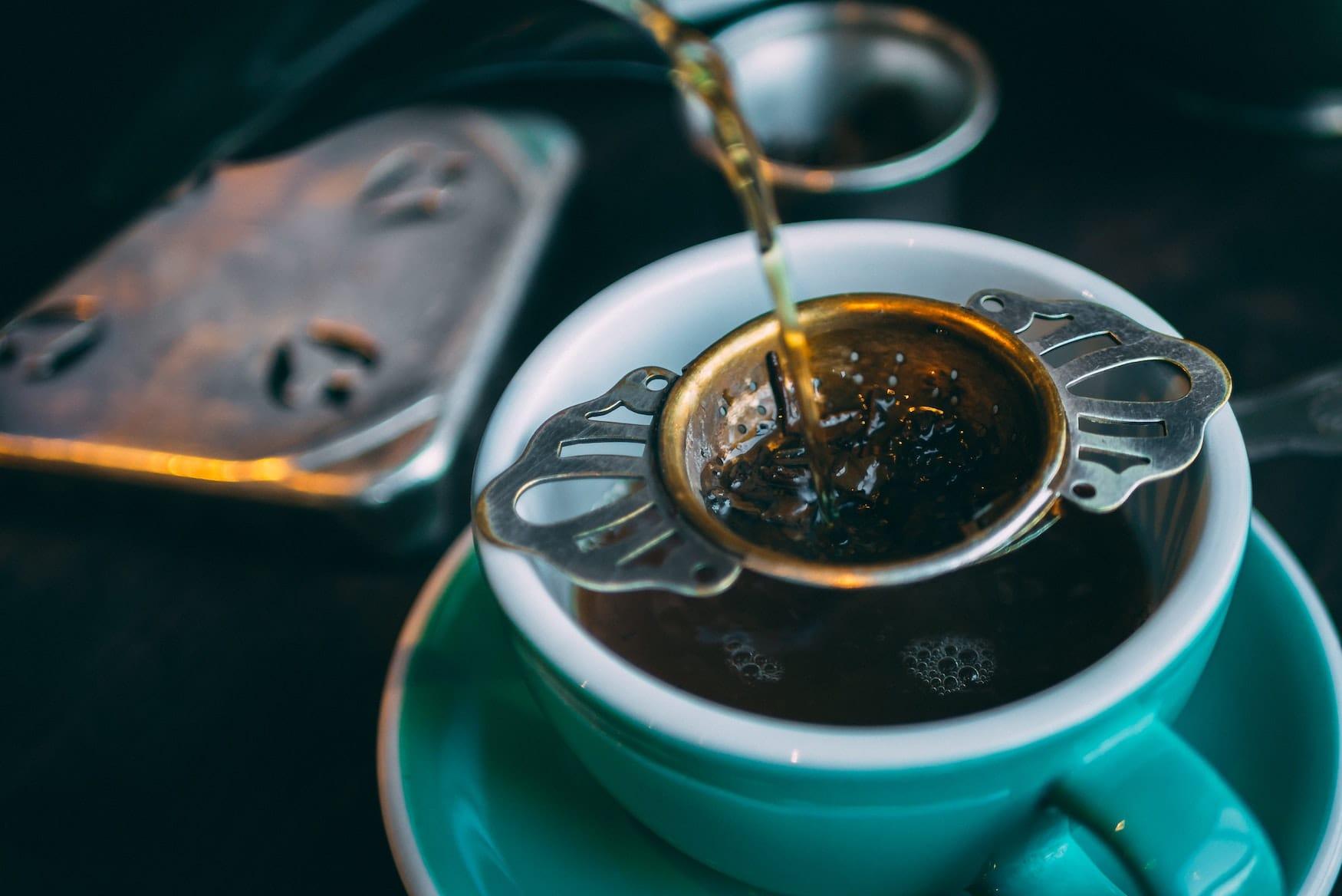 Afternoon Tea wird in Tasse geschüttet