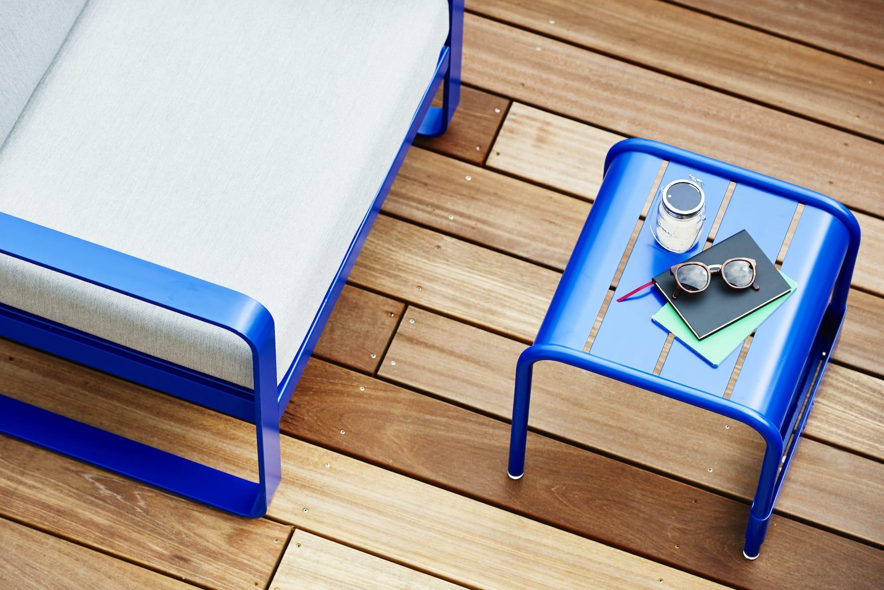 Blauer Balkontisch, ein toller Einrichtungsgegenstand, den wir direkt für unser Zuhause haben wollen