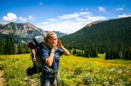 Junges Mädchen steht in Garmisch-Partenkirchen und lernt Jodeln bei einem Jodelseminar