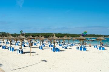 Leere Sonnenliegen am Strand auf Mallorca