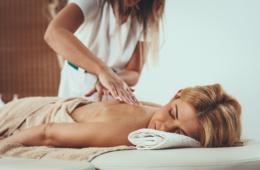 Frau entspannt während einer Massage