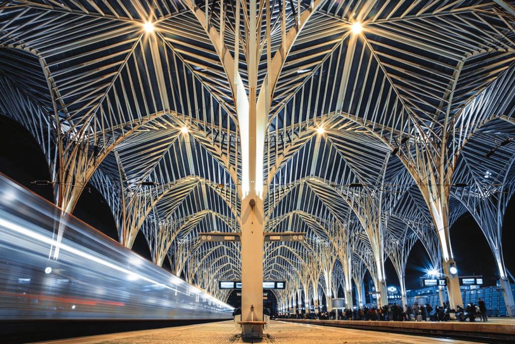 Bahnhof Oriente im Abendlicht mit der angestrahlten Architektur von Calatrava
