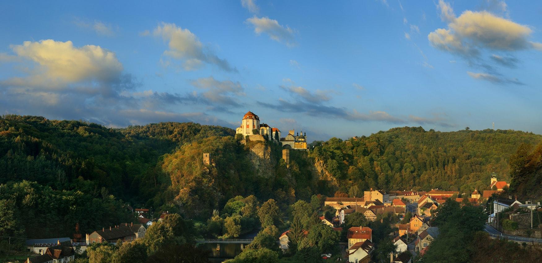 Schloss Vranov thront in der Landschaft