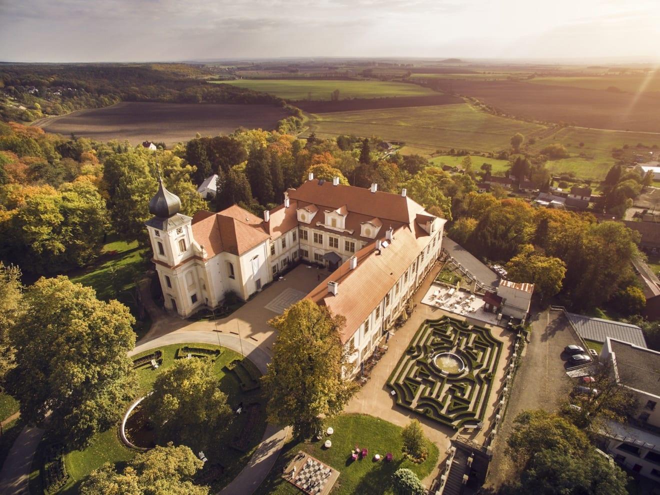 Schloss Loucen un Tschechien aus der Vogelperspektive