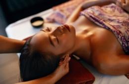 Asiatische Frau wird am Kopf massiert während einer Thai-Massage