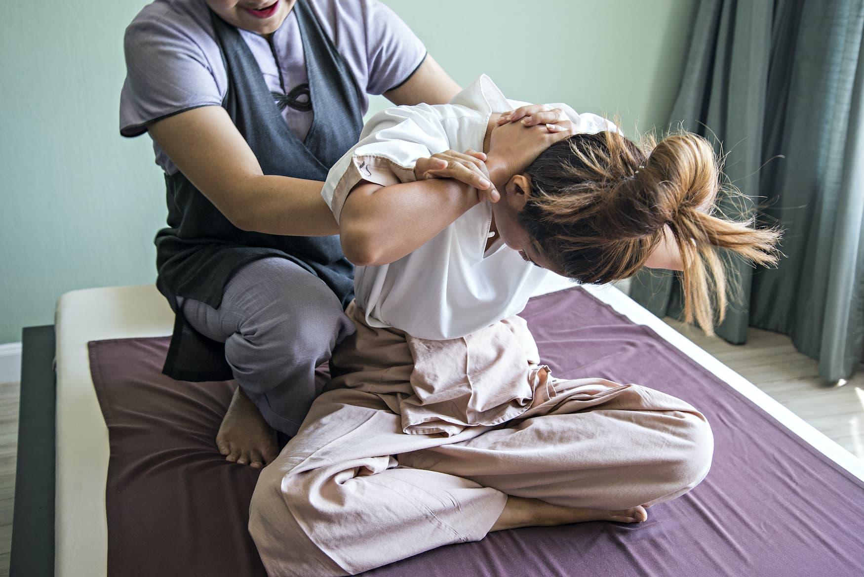 Verrenkungen während einer Thai-Massage