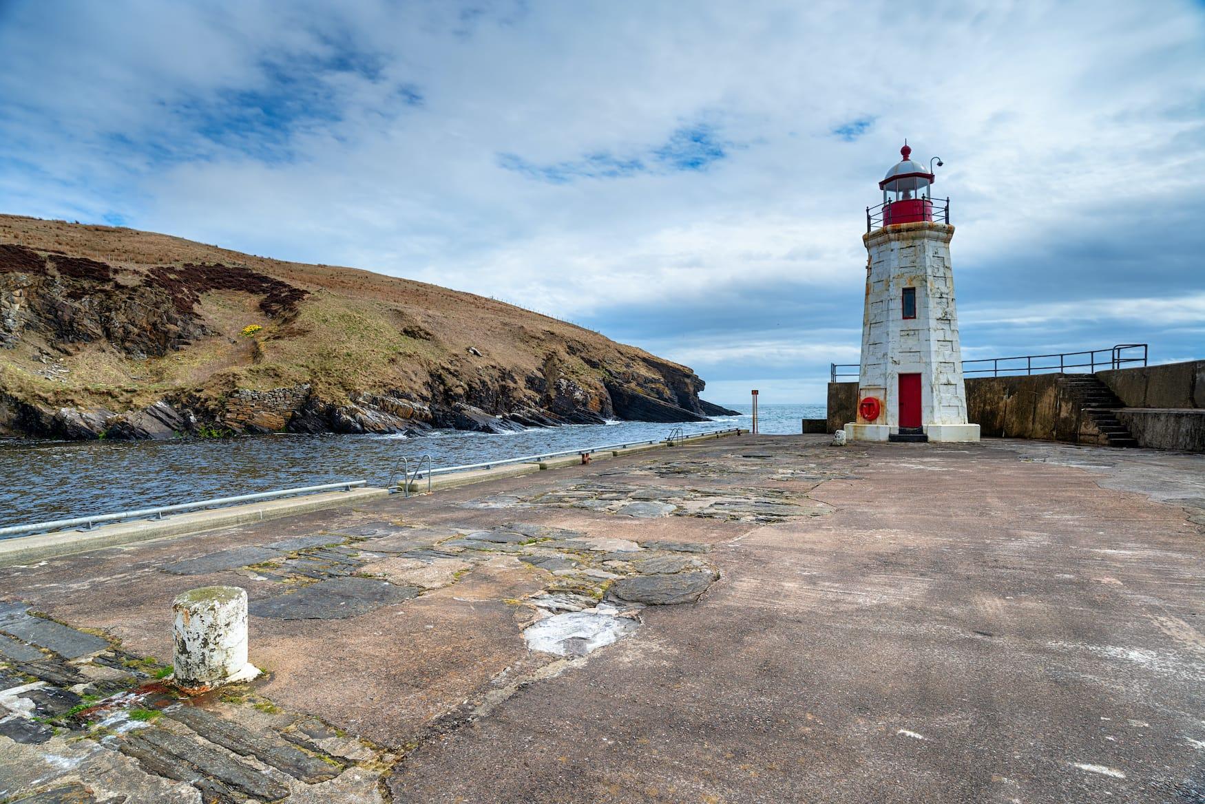 Leuchtturm im Lybster Harbour in Schottland
