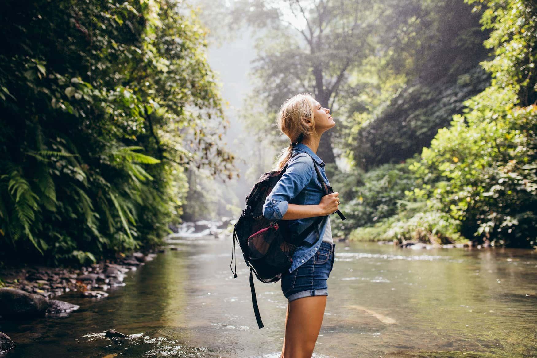 Junge Wanderin in einem Wald