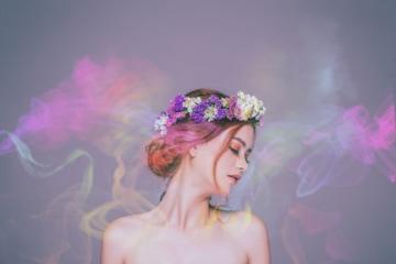Winter Parfums: Frau mit Blumenkranz und bunter Duftwolke