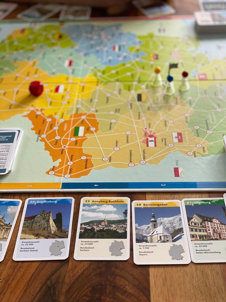 Spiel deutschlandreise liegt mit Spielkarten auf dem Tisch