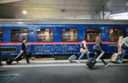 Fahrgäste gehen an Nightjet-Waggon der ÖBB vorbei