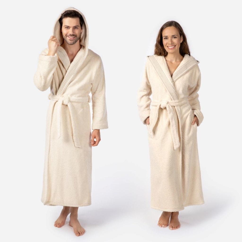 Mann und Frau, die einen Bademantel von Möve tragen