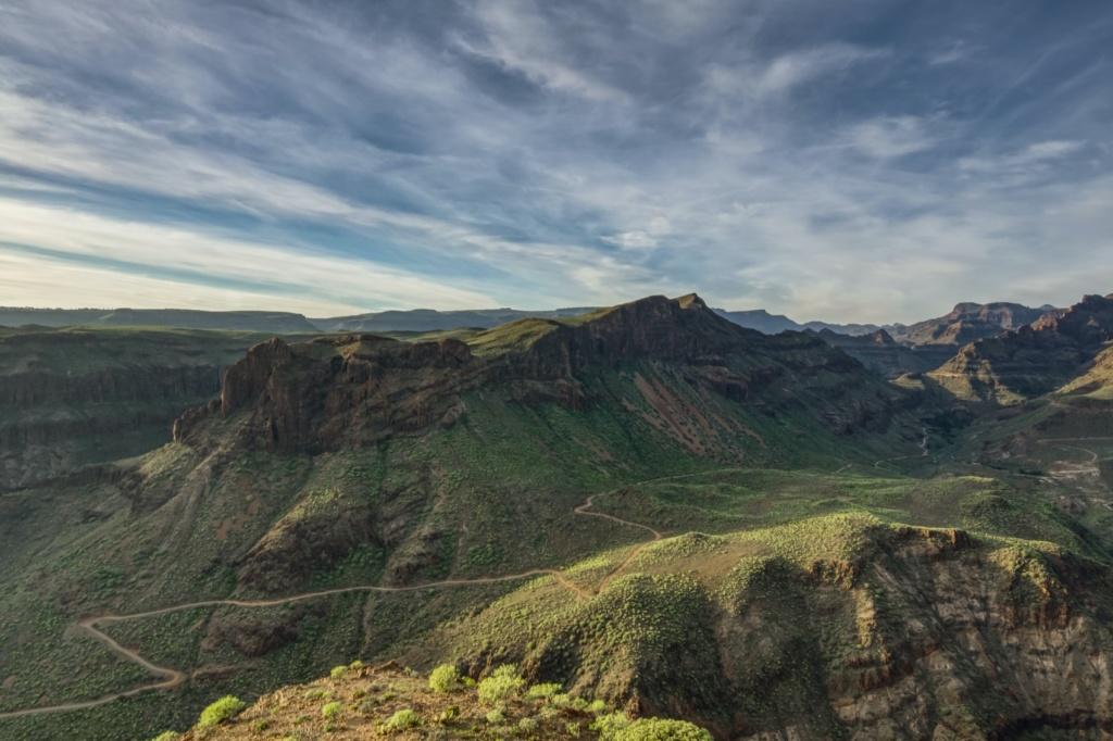 Gigantische Berge schieben sich im Norden von Gran Canaria bis an die Küste.