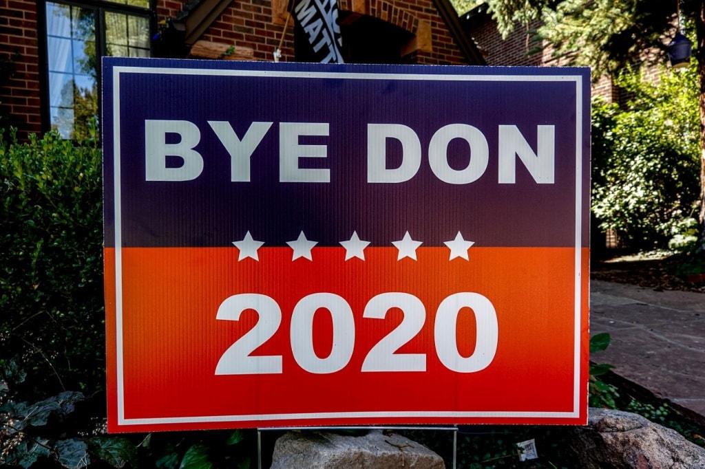 """Plakat mit Aufschrift """"Bye Don 2020"""""""