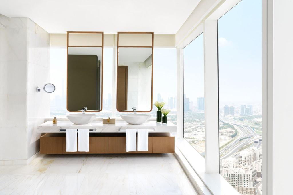 Badezimmer einer Suite im Sofitel Dubai mit toller Aussicht