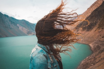 Haare im Wind verweht