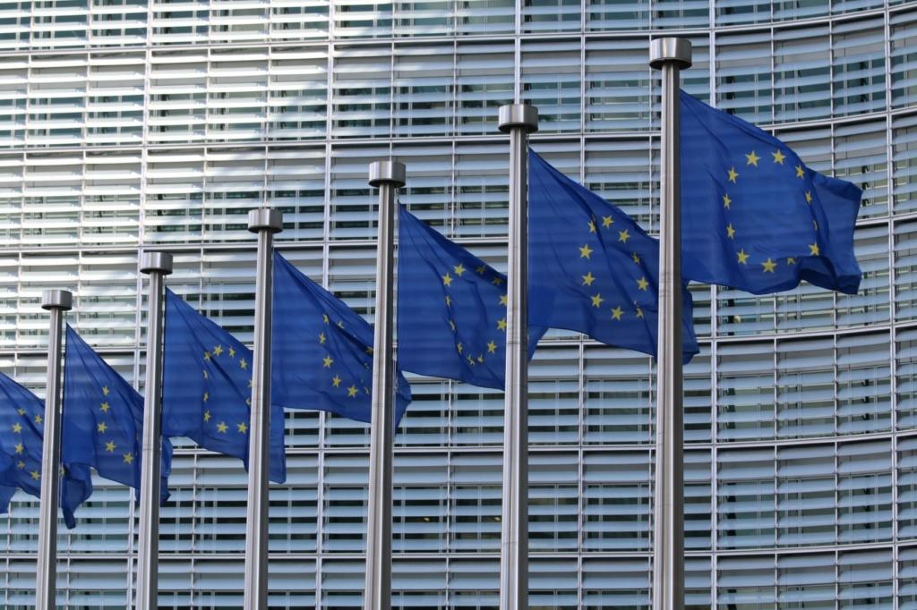 EU-Flaggen vor EU-Gebäude in Brüssel