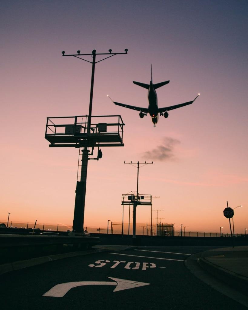 Flugzeug landet auf dem Airport in Los Angeles
