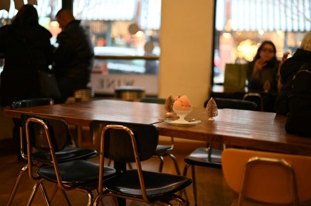 Leerer Tisch und leere Stühle in Restaurant in Seattle