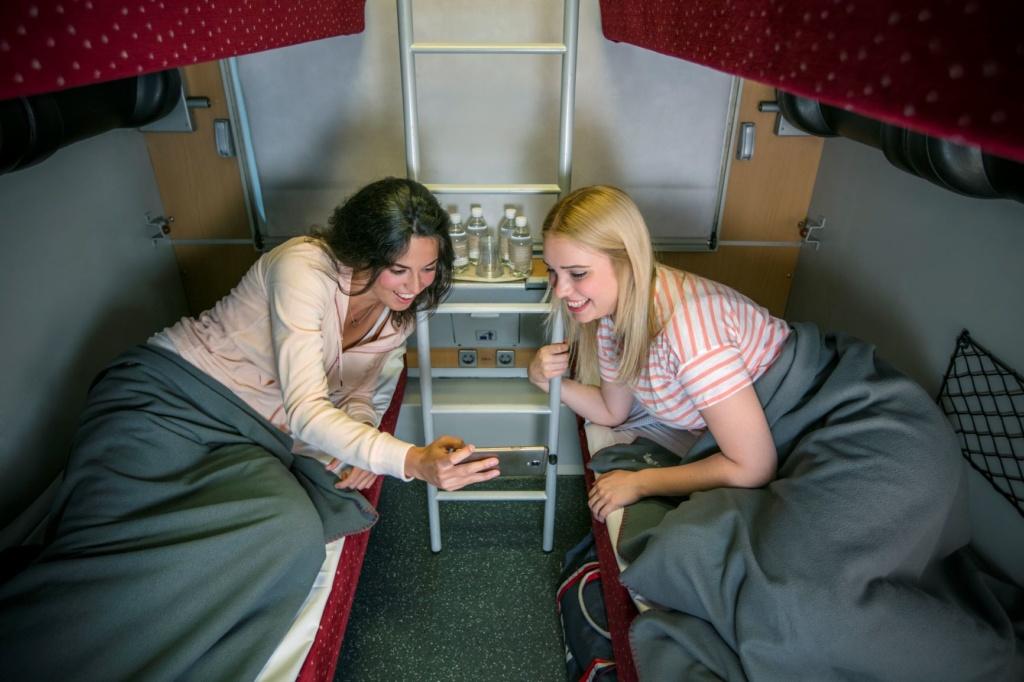 Junge Frauen liegen in einem Abteil des ÖBB-Nightjets