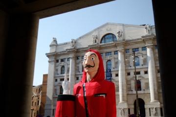 Haus des Geldes Figur vor einer Bank in Mailand