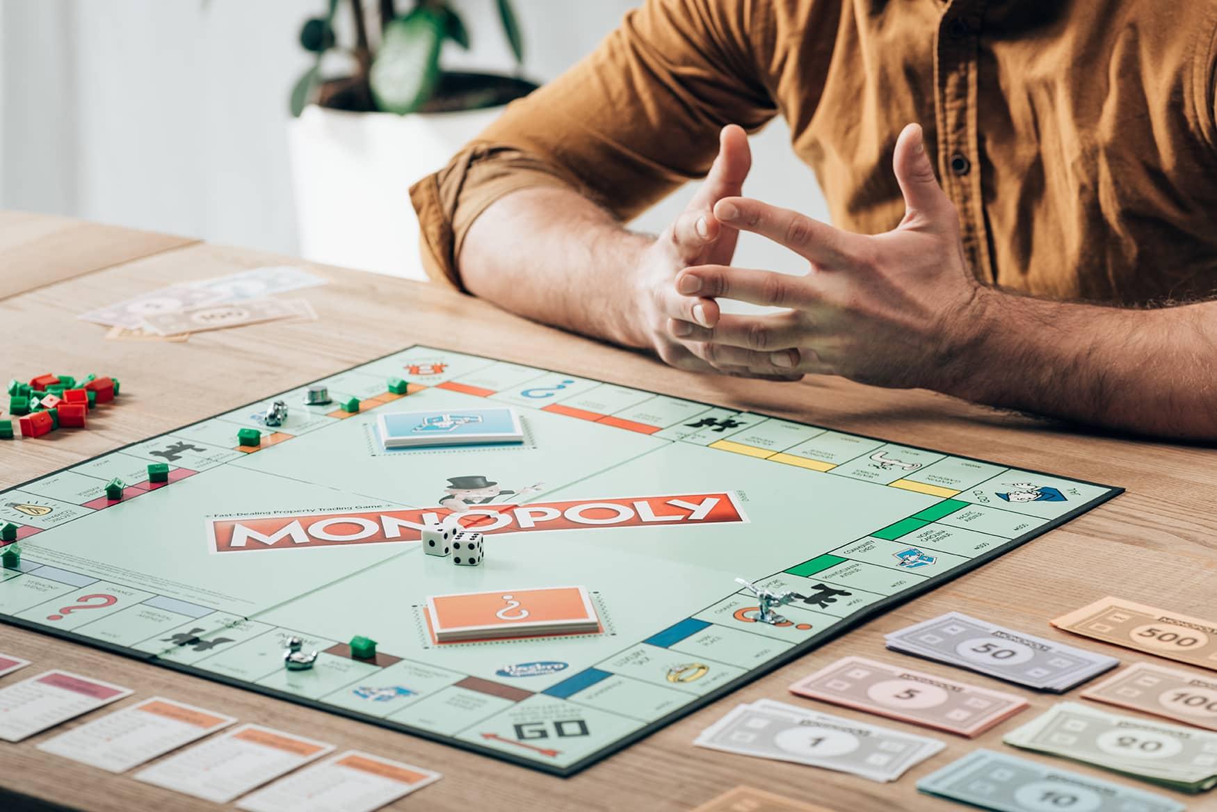 Mann spielt Monopoly