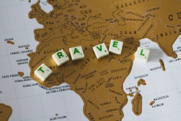 Das Wort Travel mit Buchstaben gelegt bei Scrabble-Spiel