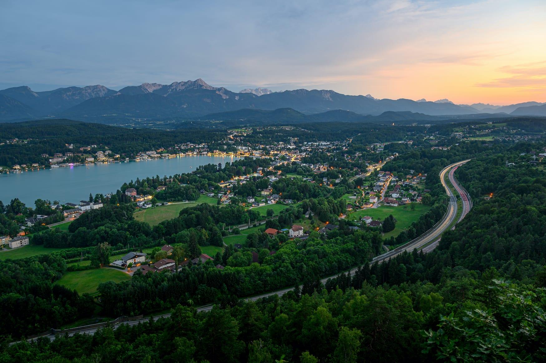 Blick auf Velden am Wörthersee in Österreich