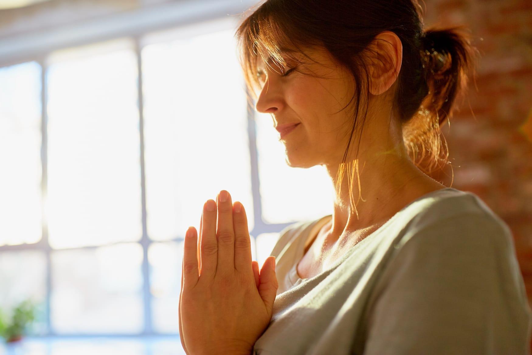 Frau bei Meditation