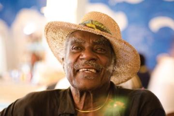 Einwohner der Bahamas trägt Hut