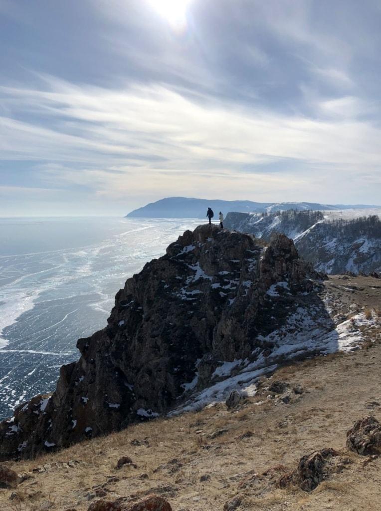 Besucher auf einem Felsen am Baikalsee in Sibirien
