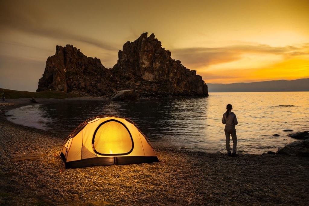 Person und Zelt am Ufer des Baikalsees