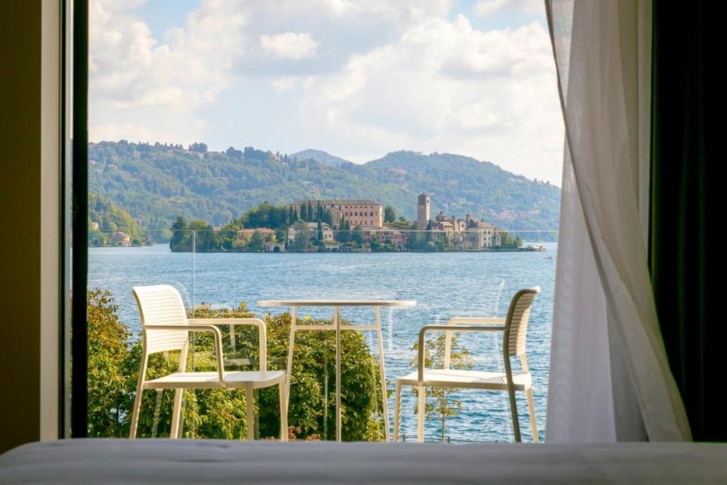Aussicht vom Hotelzimmer auf den Balkon und dem See dahinter