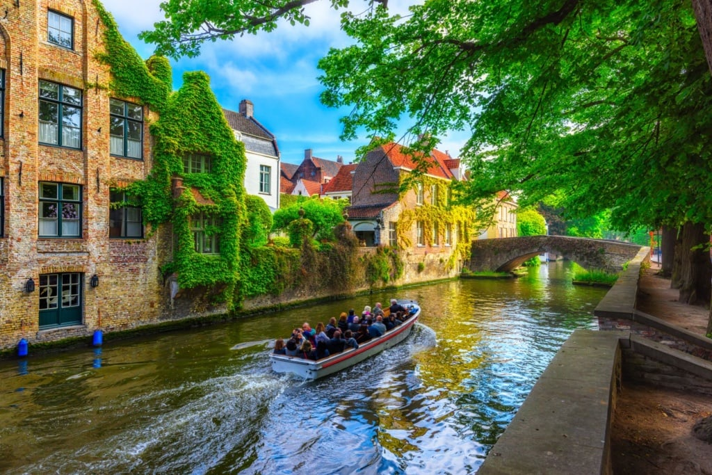 Touristen-Boot auf einem Kanal in Brügge