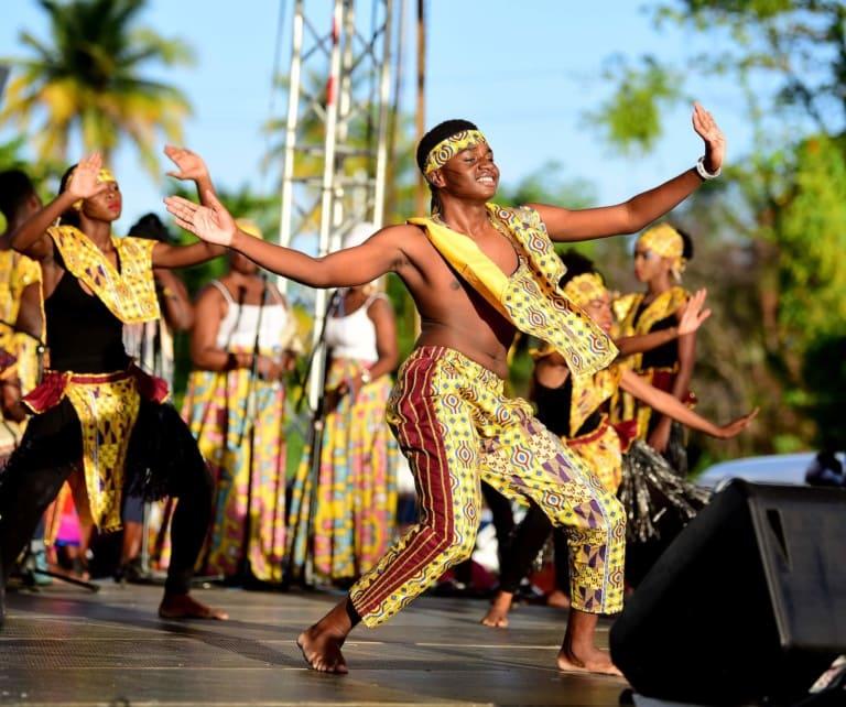 Kostümierte Menschen feiern das Heritage Festival auf Tobago