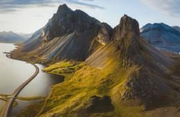 Blick auf die Landschaft in Island aus der Vogelperspektive