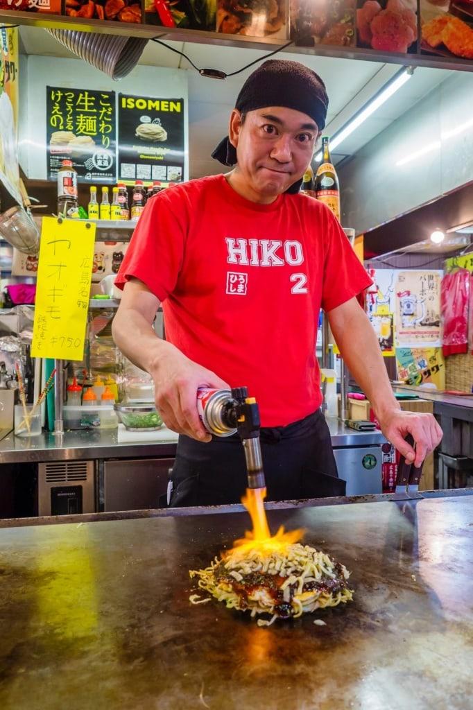 Japanische Pfannkuchen sind ein Genuss - und in Osaka eine Streetfood-Spezialität.