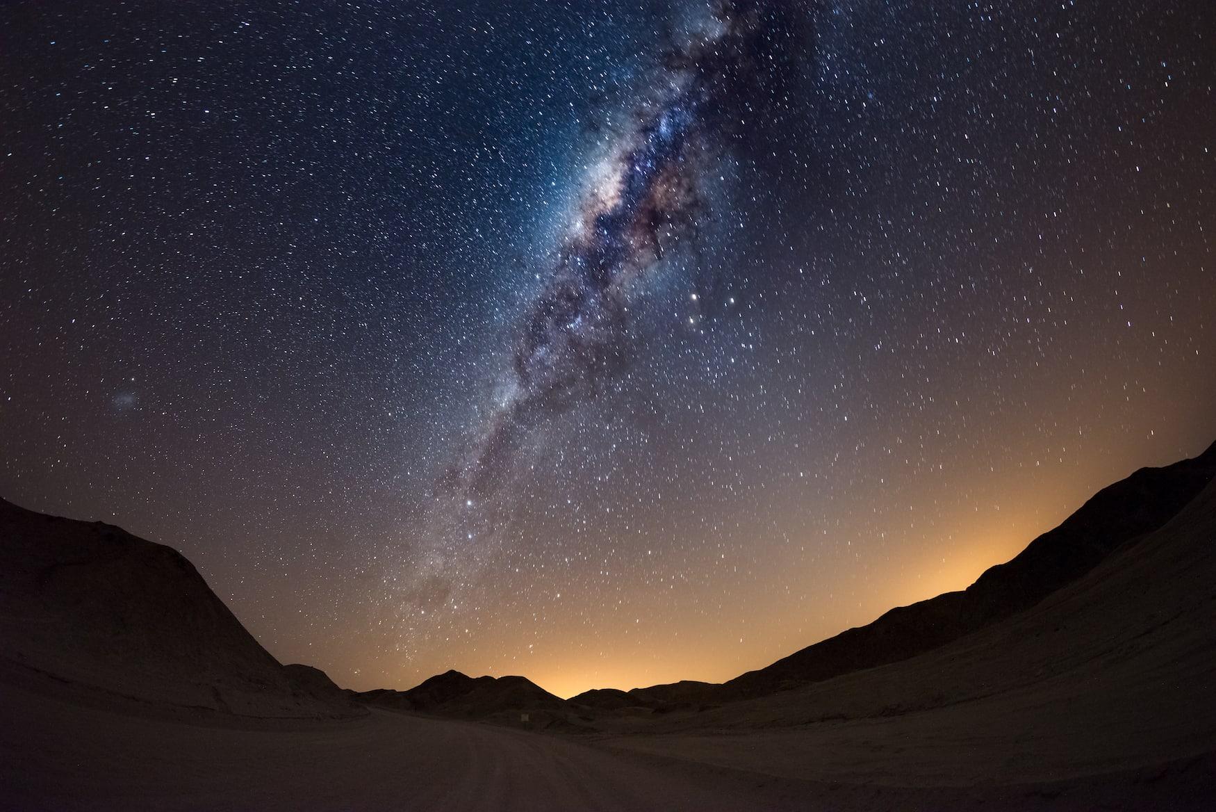 Milchstraße über den Dünen der Namibi Wüste