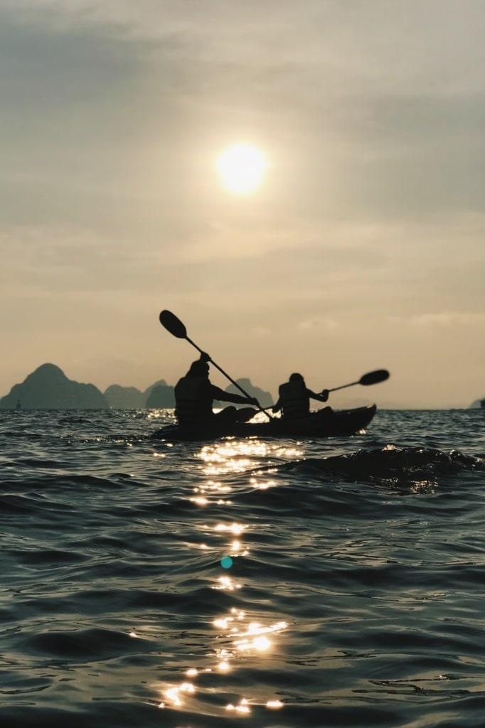 Zwei Kanuten auf dem Meer in Thailand