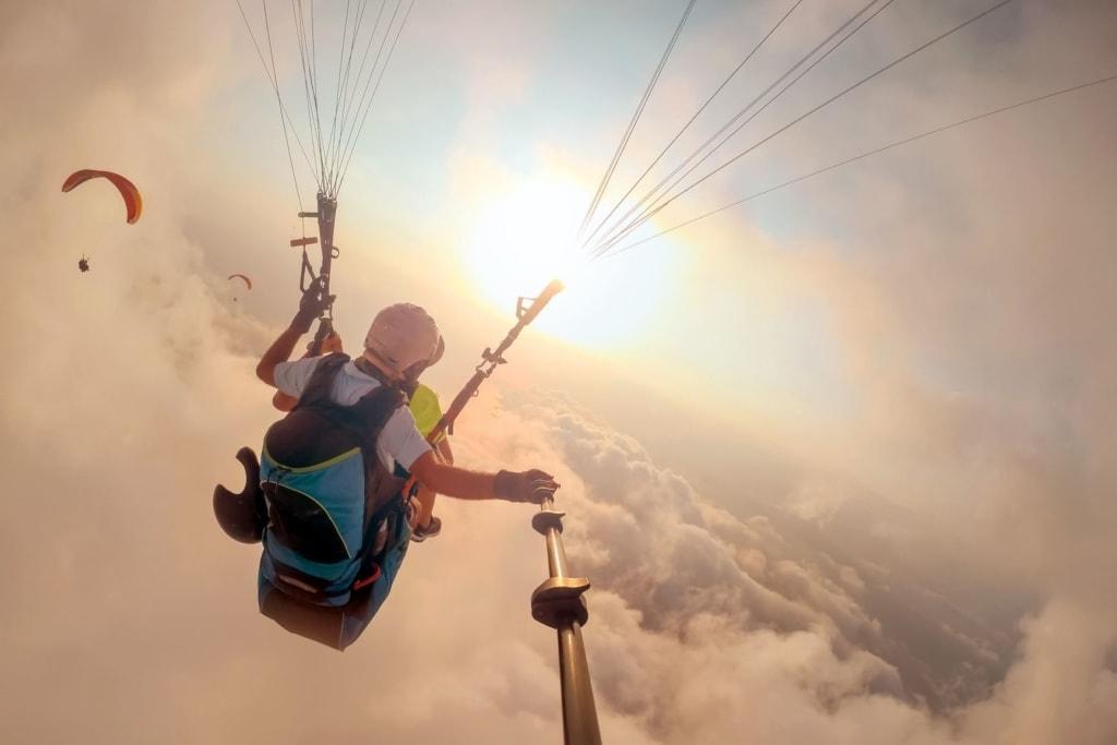Paragliding über den Wolken