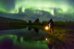 Mann am See, der Polarlichter beobachtet