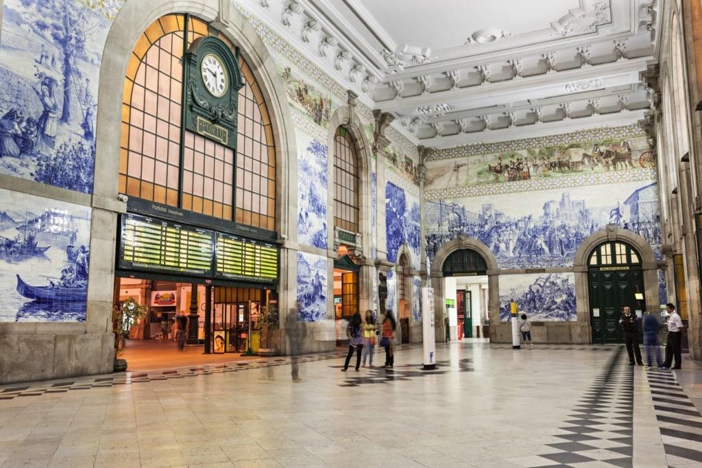 Eingangshalle des Sao-Bento-Bahnhofs in Porto