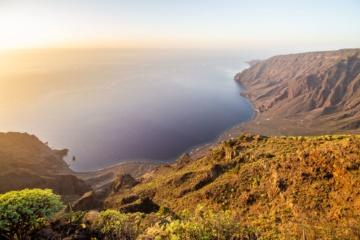 Sonnenaufgang auf der Vulkaninsel El Hierro von einer Klippe